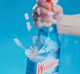 Limpieza de manchas en vidrio con Windex